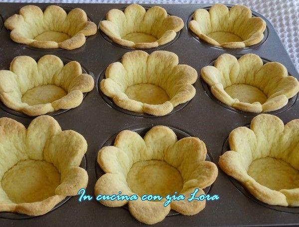 Queste margherite da farcire ricetta dolce sono veramente graziose e sono facilissime da preparare, è sufficiente avere uno stampino a forma di fiore e uno stampo per muffin. Io le ho preparate una alla volta usando un piccolo tagliere e un piccolo mattarello.