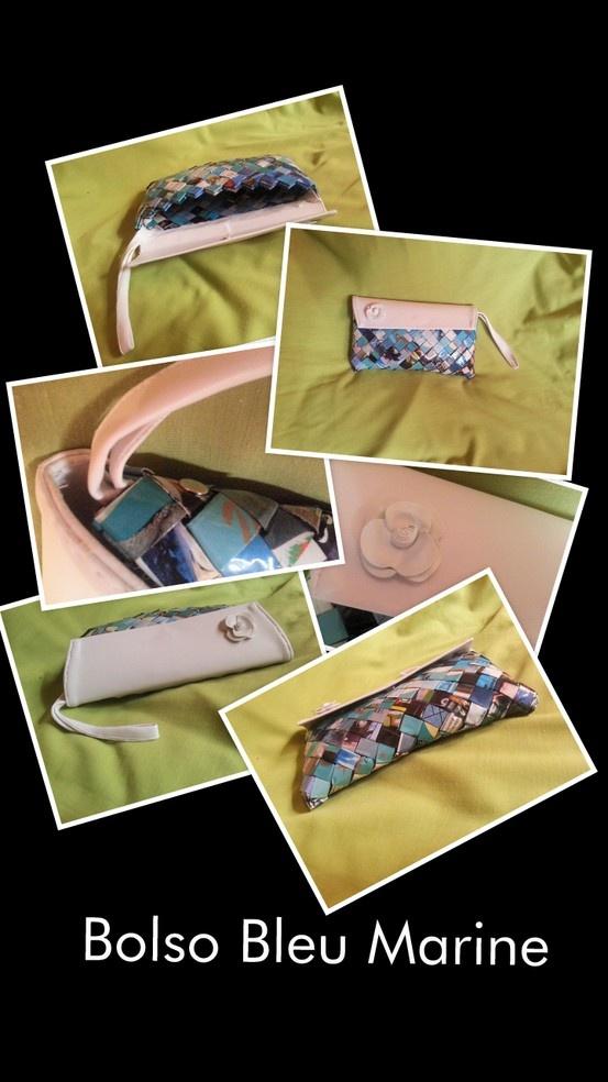 El bolso Bleu Marine es un bolso pensado para una ocasión especial, como una boda o una cita fuera de lo común. Tiene una rosa blanca de cerámica sobre solapa de piel blanca y cinta de cuero. Sus dimensiones son 20 x 9, 5 x 2 cms. (largo x alto x ancho).