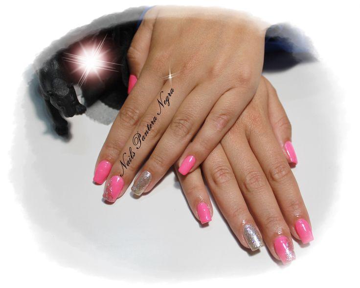 Unhas em Gel em cor Rosa neon com nail art arco íris gliters