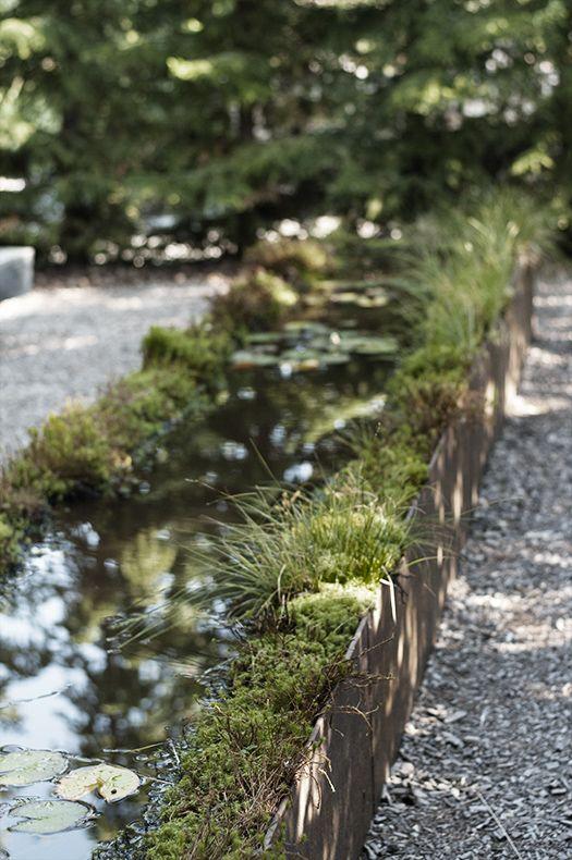 Vatten är alltid ett trevligt inslag i trädgården. Här med skogstjärn-inspiration från Wij Trädgård.