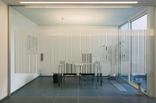 Glazen wanden tussen wachtruimte en kantoren. Helder glas met creatieve belettering op maat.  http://blog.anywaydoors.be/2014/02/07/glazen-wanden-en-deuren-bureau-kantoor/
