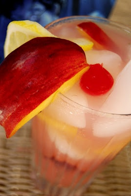½ oz vodka ½ oz peach schnapps Dash grenadine Lemonade Half a peach ...