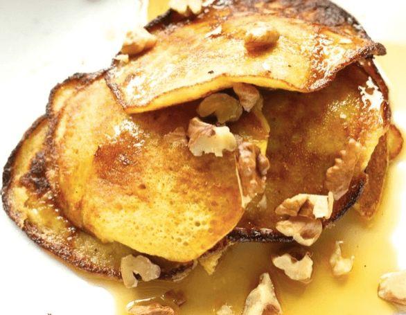 Naleśniki bez mąki: rozgnieść duży, dojrzały banan, dodać rozbełtane 2 jajka, wymieszać i robić naleśniki.