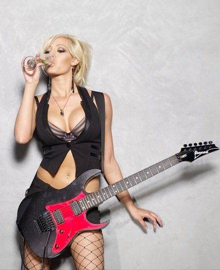 本日の女性ギタリスト #12 ~USA The Iron Maidensの Courtneyさん& Nitaさん~ (2) - これってちょっと良さげかな~♪ ぷちブログ