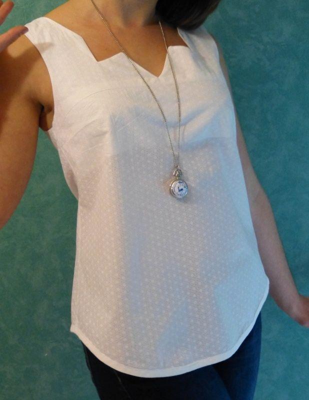 Top Datura réalisé dans un tissus blanc avec un col original.Plus d'infos sur http://pettypoy.wordpress.com