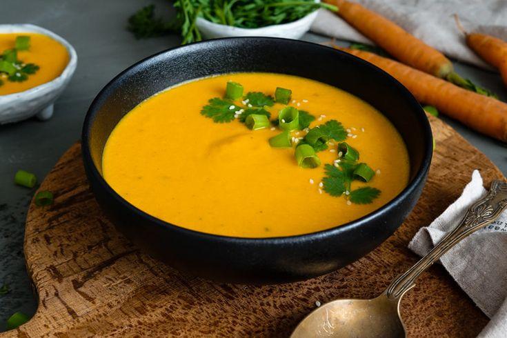 Hľadáte recept na prípravu mrkvovej polievky? Táto krémová mrkvová polievka je ideálna na jesenné večery, pretože je príjemne hrejivá a ľahko pikantná.
