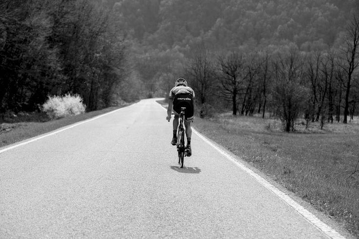 Cos'è quella sensazione che si prova quando ci si allontana dalle persone e le si vede recedere nella pianura fino a diventare macchioline e disperdersi? È il mondo troppo grande che ci sovrasta, è l'Addio. Ma intanto, ci si proietta in avanti verso una nuova, folle avventura sotto il cielo. -- Jack Kerouac -- #ontheroad #love #cycling #biking #freedom