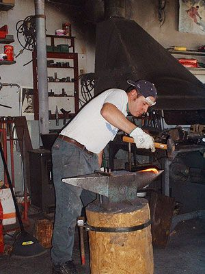 L'Officina Tour, del fabbro Romano Sarvadon, propone opere in ferro battuto e forgiato a caldo; con maglio e martello, forgia a carbone.