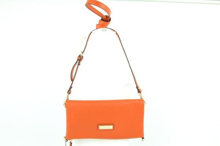 Multifunctionele clutch van SMAAK AMSTERDAM in oranje leder. Deze tas heeft  een korte en lange schouderband zodat hij op twee manieren te dragen is. Ook kan de tas dubbel (klein) of groot gevouwen worden.