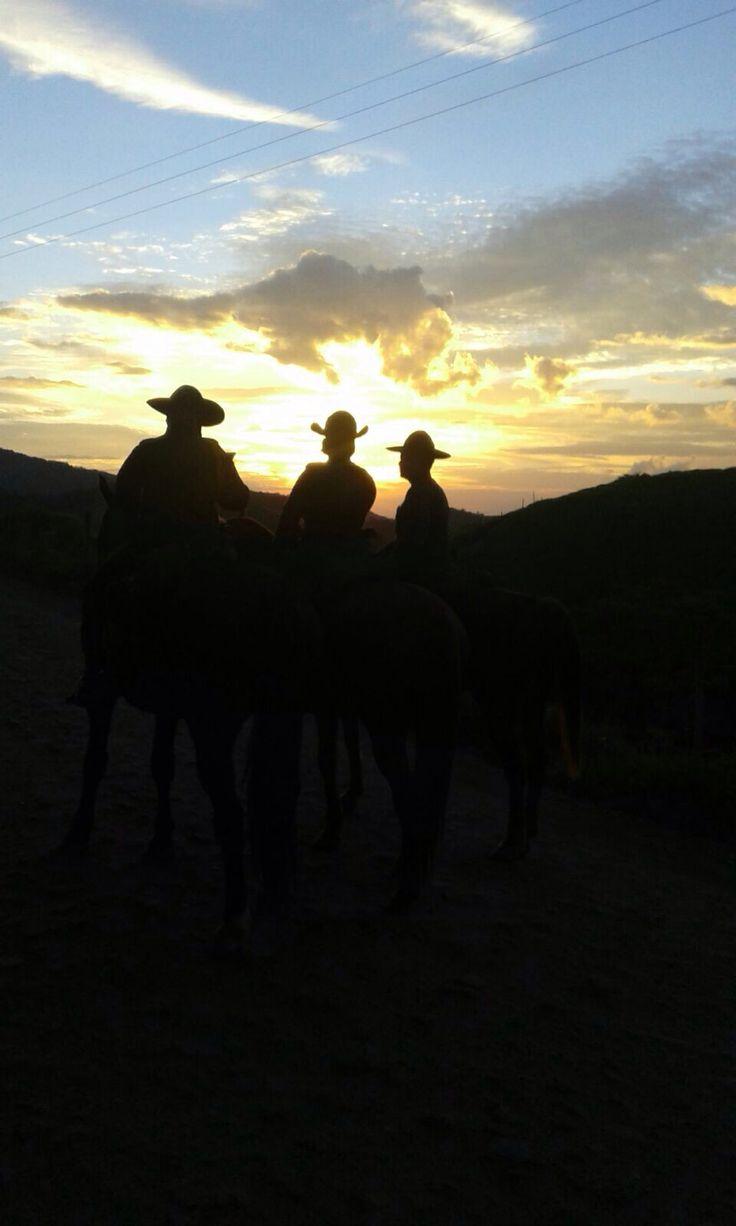 Desde las montañas de #Antioquia nuestros carabineros les desea un feliz inicio de semana.