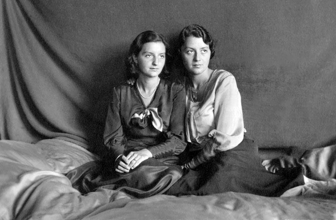Elisabeth Sigmund (left) with her sister Albine in 1931. It is the first photo that her future husband Karl Sigmund took of her.