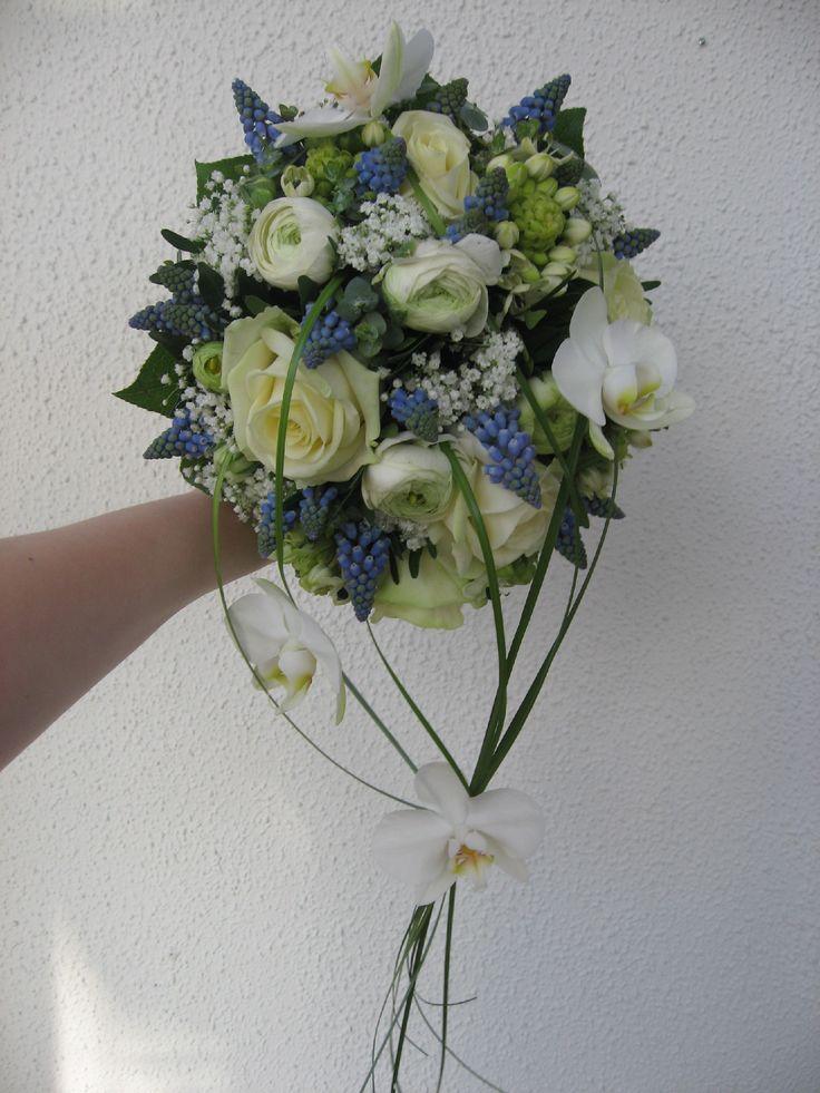 Brudebuket med blå klokkehyacinter, ranunkel