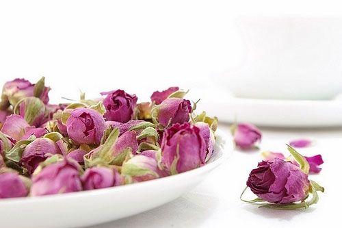طرز تهیه گل انگبین و گلقند با عسل طبیعی ، خواص گل انگبین و گلقند چگونه گل انگبین و گلقند را مصرف کنیم و از فواید آن بهره مند شویم موارد منع مصرف گل انگبین