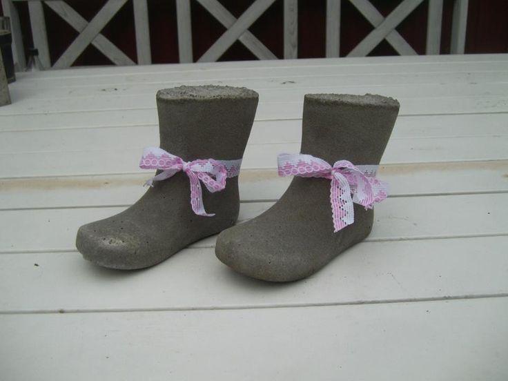 Støvler med bånd.
