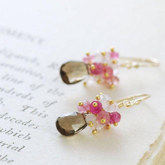 Estos pendientes de piedras preciosas de cuarzo ahumado y color de rosa en 14 llenado de oro k se hacen con briolettes de cuarzo ahumado facetado con racimos de moonstone, zafiros rosas, turmalina y rondelles de cuarzo rosa. Me encanta la combinación del cuarzo ahumado marrón, brillantes gemas rosadas y lechoso moonstone juntos--tan encantador.  Longitud total es de aproximadamente 1 1/4 pulgadas (3,2 cm), y los briolettes de cuarzo son de 8,5 x 6 mm.  Ver más ~ Oro los pendientes-http:&...