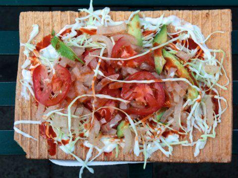 Clásicos de cualquier plaza, los chicharrones preparados (como se conocen en el centro del país), resultan una de las botanas más deliciosas de México.Compuestos por una parte crujiente (que es el chicharrón), la cual se combina a la perfección con la frescura del jitomate, el aguacate y la col, sin dejar de mencionar la acidez de los cueritos y el limón, ingredientes que lo convierten en una de las botanas más típicas mexicanas.Preparación1. Unta un poco de crema sobre un chicharrón.