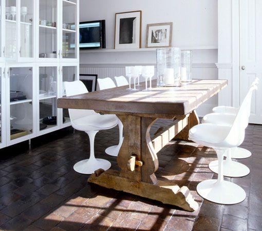 mezclar mesa antigua con sillas modernas