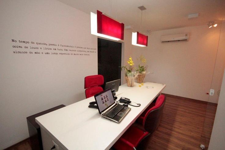 """Sala das """"criaturas"""", a diretoria que comanda a agência io! comunica ao lado de seus colaboradores!"""