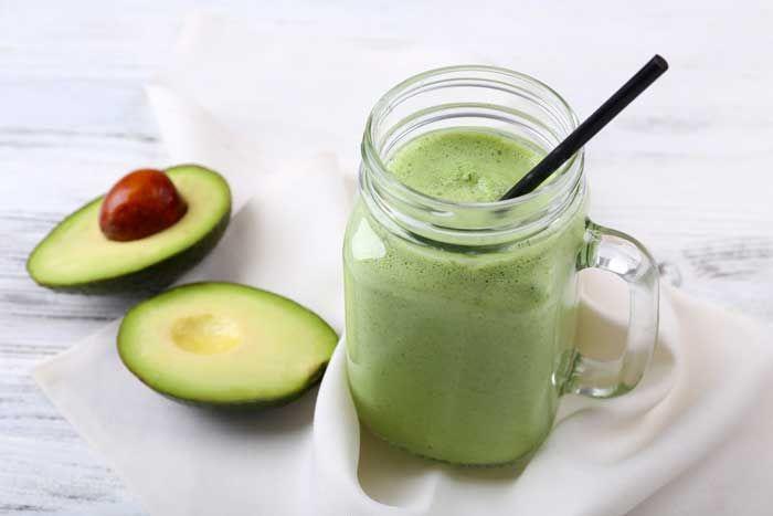 Dit is een hele goede smoothie voor mensen die bezig zijn met afvallen. De smoothie is een echte vetverbrander, vol vitamines, mineralen en goede vetten.