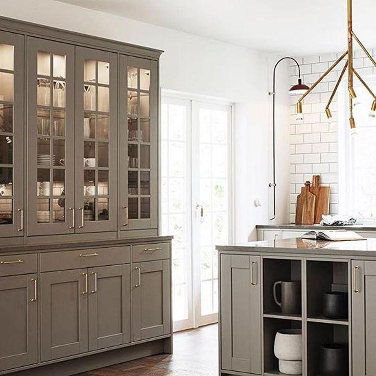 Så vackert kök från Vedum Kök. Ett klassiskt skandinaviskt lantkök. I Plaza Kök & Bad hittar du allt för dig som ska bygga nytt eller renovera kök och/eller badrum. Bygg ditt #drömhus#hus #villa #fritidshus #renovera #bygganytt #scandinaviandesign #scandinavianhouses #swedishhome #kök #badrum #vedum #swedishkitchen #köket