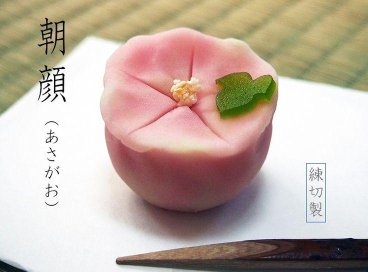 夏の上生菓子・あさがお の上生菓子・練切製でこし餡入り。 (morning glory)