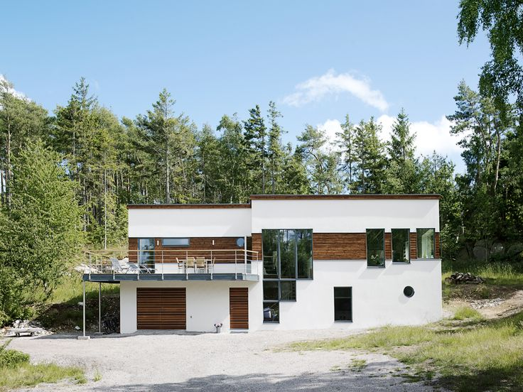 Modern, scandinavian house with brown details painted in Beckers woodstain in the color Mörkbrun 9065.