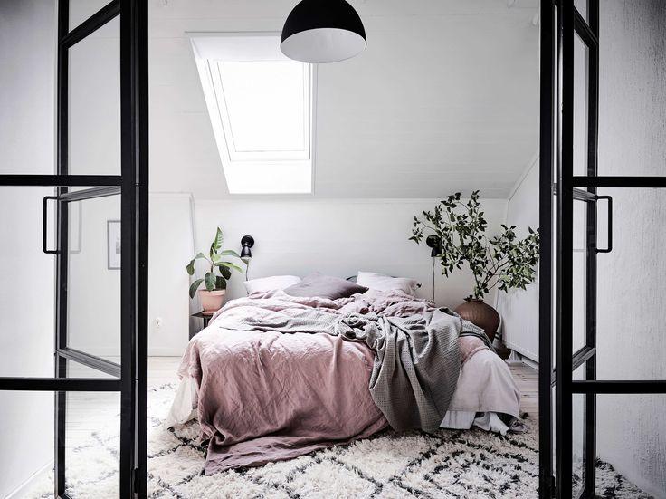 Vindslägenhet, sovrum, glasdörrar