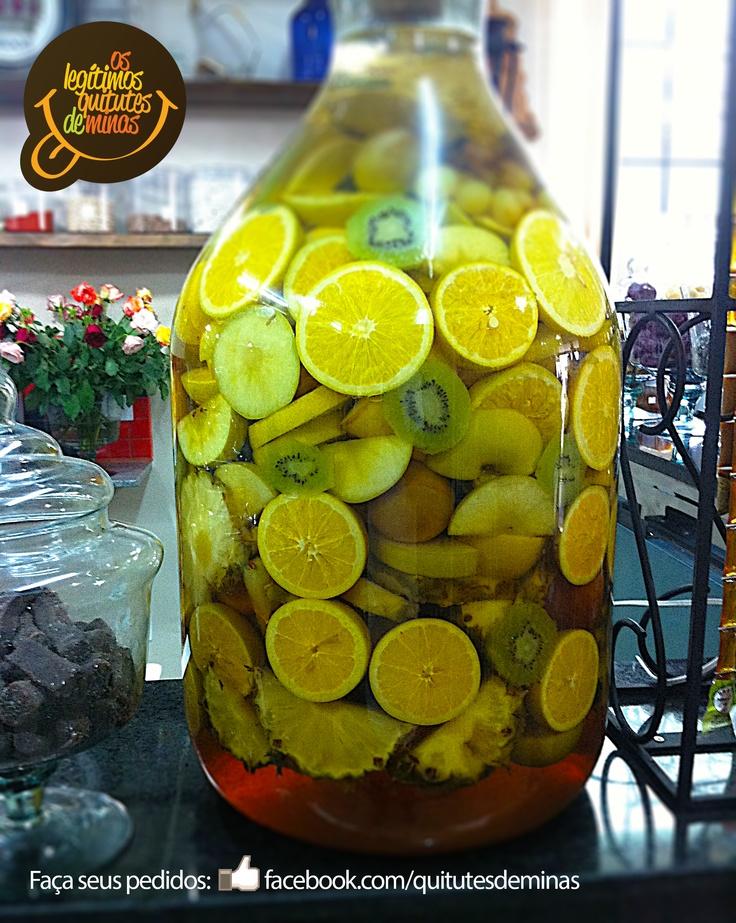 Cachaça curtida nas frutas e favo de mel. Suave e aromática, peça a sua em garrafas de 1 litro em facebook.com/quitutesdeminas
