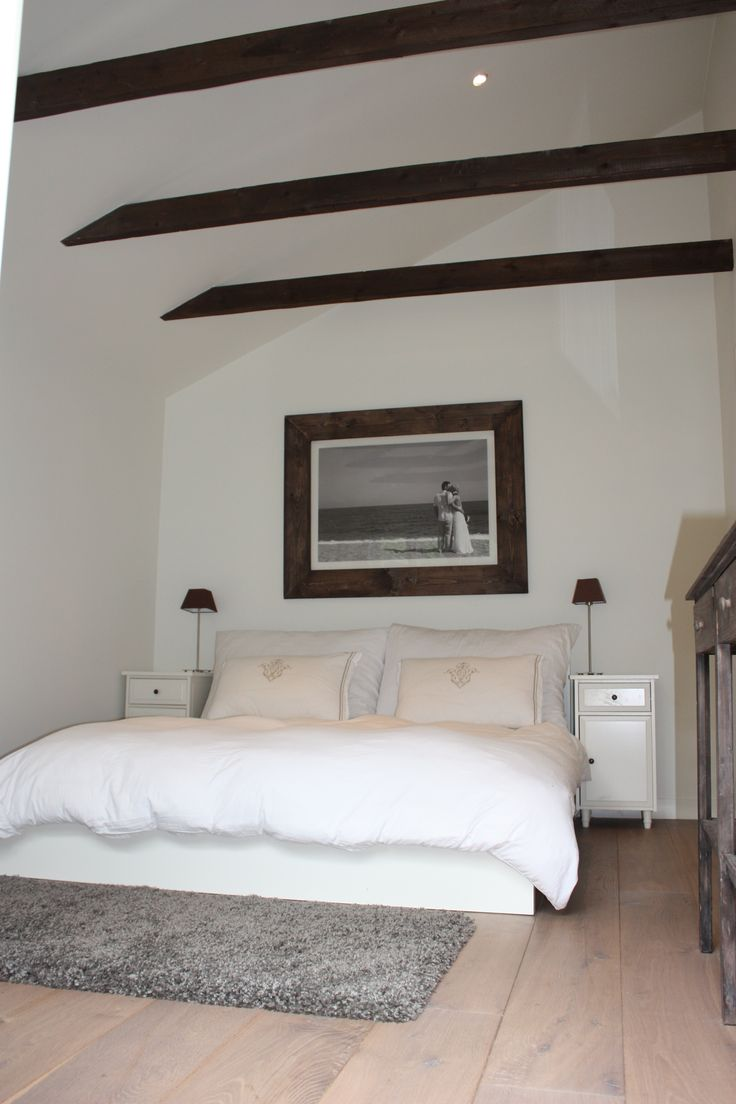 Bedroom. Exposed wooden beams. Soverom.
