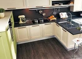 """Кухня-это место, где чаще всего происходят """"посиделки"""", по этому выбирая напольное покрытие для кухни, нужно обращать внимание на натуральность и практичность. Паркетная доска на кухне-это отличный вариант, так как она устойчива к повышениям влажности и перепадам температуры."""