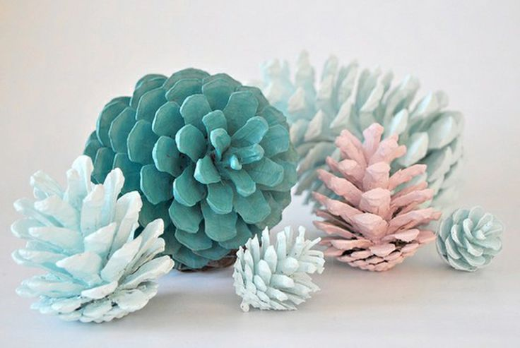 These would be an easy way to bring the icy beauty of winter indoors. #diy #pinecones