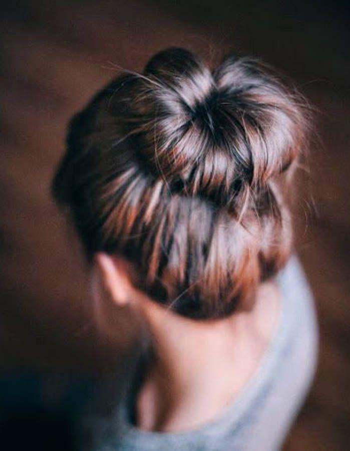 Comment on fait? Quand nos cheveux n'en font qu'à leur tête, on se fait un bun imparfait.