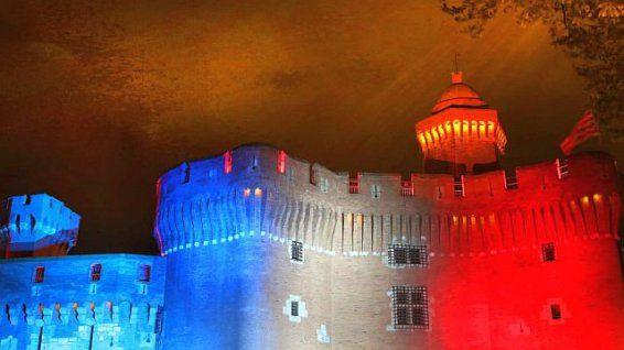 Perpignan - le Castillet rend hommage aux victimes des attentats de Paris - 26 novembre 2015. © mairie de Perpignan