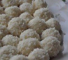 """Goda recept på """"snöbollar"""". Lite kul inslag bland allt annat julgodis. Snöbollar (15-20 st) – vita chokladkulor 100 g vit choklad 1,25 dl kokos knappt 1 msk pressad citron Garnering: kokos, strössel eller florsocker 1. Smält choklad i micro eller…Read more →"""