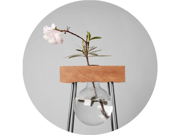 Stolík s kvetinou už prekračuje do artefaktu, je svojbytnou vázou v priestore. Hlavným motom návrhu je jednoduchosť, kde celý stolík je zložený len z dubového kvádru a štyroch ocelových tyčí. Spodná strana stolíku je opracovaná dekorom ručne vyrezaných vlniek.