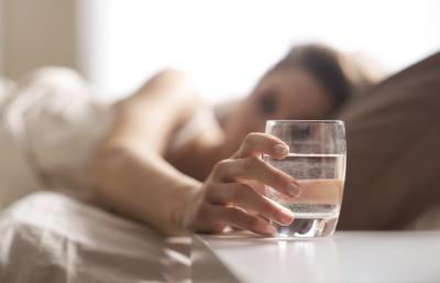 Πίνοντας νερό με άδειο στομάχι θεραπεύεις τα εξής