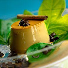 Descubre como preparar paso a paso la receta de Flan de crema de café con mascarpone. Te contamos los trucos para que triunfes en la cocina con Postres para chuparse los dedos