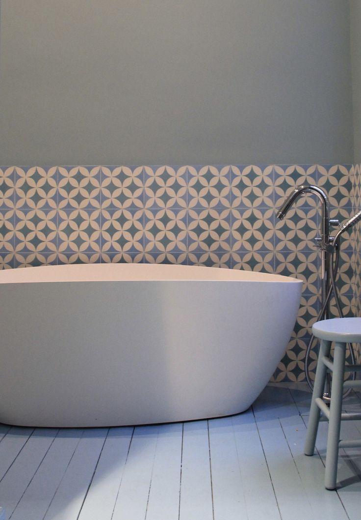 salle de bain parquet blanc  carreaux ciment murs. D'autres salles de bain sur : https://danstasalledebain.wordpress.com/