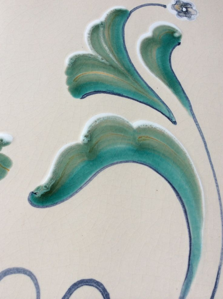 Decoro lucido nei toni del verde su fondo satinato bianco antico. #stufecollizzolli #stufe #handmade #madeinitaly  #fattoamano #artigianato #design #italy #arte #qualità #home #casa #arredamento #arredamentocasa #interiordesign #designhome #processoartigianale #ceramica #ceramicart #maiolica #argilla #kachelofen #stube #cotturainforno #pittura #incisioni #rilievi #decorazioni #trentino #bolbeno