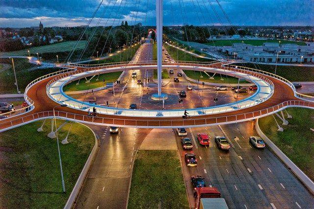 """À Eindhoven, aux Pays-Bas, on a résolu le problème de la cohabitation entre cyclistes et automobilistes !  Le """"Hovenring"""" est le premier rond point suspendu destiné uniquement aux vélos. De quoi enjamber le carrefour sans aucun stress. (source """"We Demain"""")"""