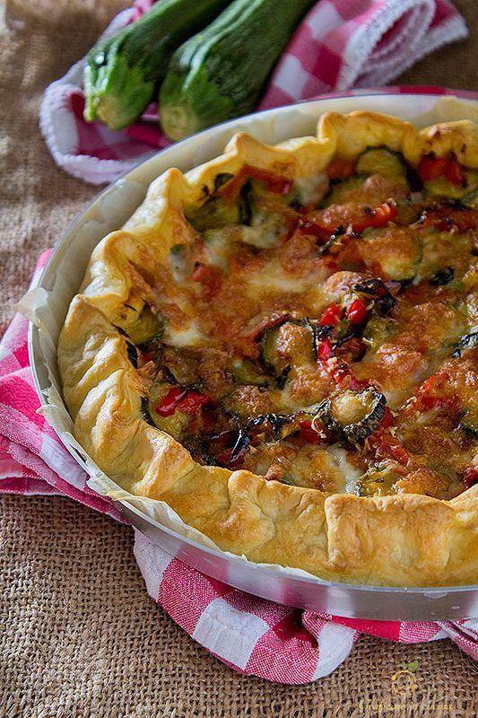 Torta salata con peperoni, zucchine, mozzarella