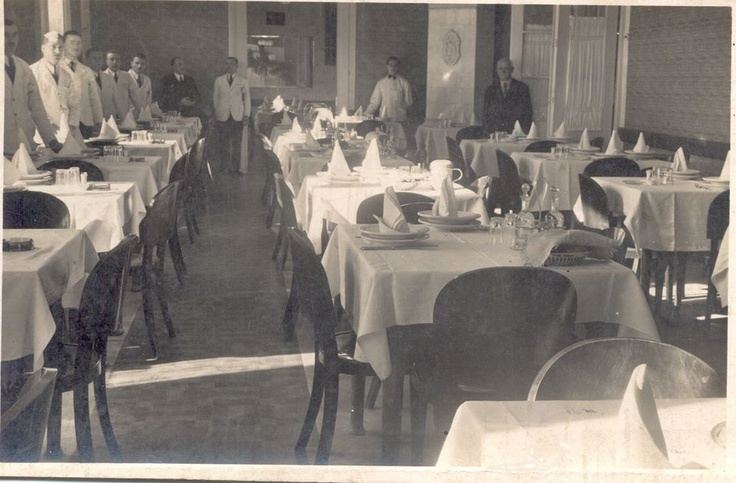 Egy kép az egykori Kapucinus (Traian Mosoiu) utcai Kék Macska vendéglõbõl. / O imagine din restaurantul de odinioara Pisica Albastra, situata pe strada Traian Mosoiu (Kapucinus).