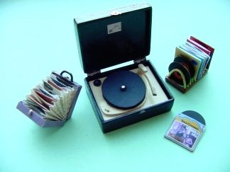 DIY Make a Doll House Vintage Record Case with Records. Maak een Vintage Platenkoffer met singletjes voor je poppenhuis.