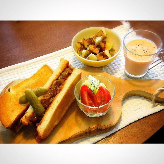 ステーキサンドには、炒めたタマネギも加えて、ソースとケチャップで味付けました - 15件のもぐもぐ - 連休も終わりのブランチはステーキサンドに、冷たい人参のスープにポテトと野菜のマリネ by franny55