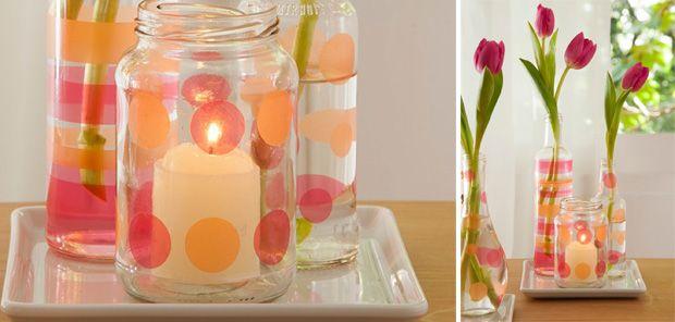 É possível transformar vidros de conserva e azeite em lindos vasos de flores ou suporte para velas. E é facílimo: basta comprar adesivos plásticos coloridos e transparentes (do tipo Con-tact) e desenhar bolas ou tiras.