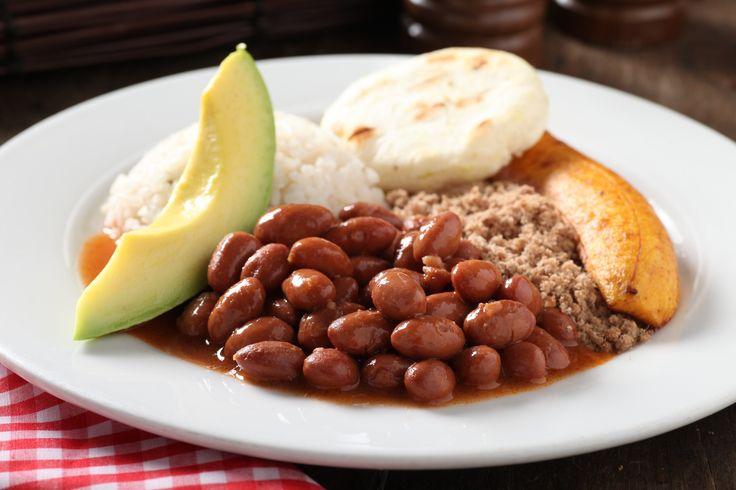 Bandeja con fríjoles, carne molida, aguacate, tajada de maduro, arepa y arroz. http://www.elrancherito.com.co/