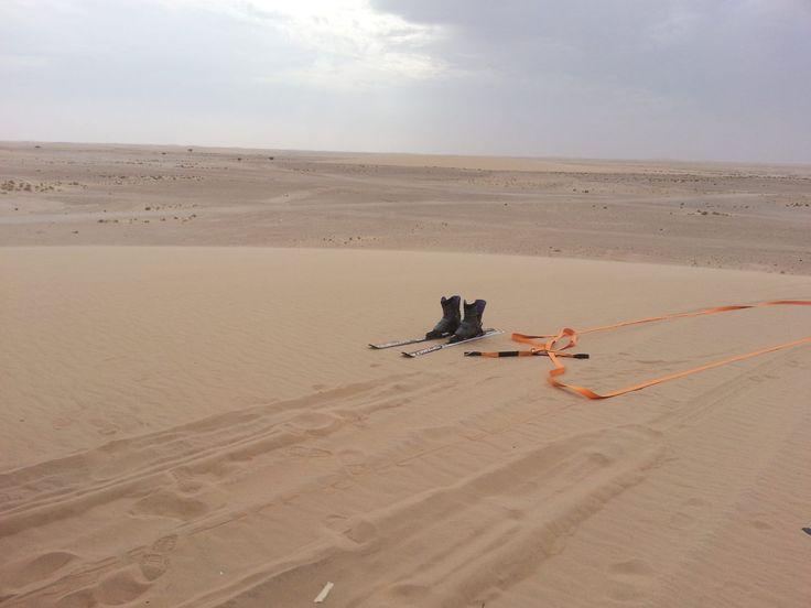 Sporten skis in desert