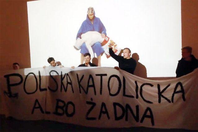 """Okrzyki """"wielka Polska katolicka"""", czy """"Bóg, honor, ojczyzna"""" towarzyszyły zakłóceniu tarnowskiej wystawy przez skrajną prawicę.Sympatycy skrajnej prawicy coraz pewniej czują się w przestrzeni publicznej, którą skutecznie udaje im się zawłaszczać.Kontrowersyjne spojrzenie artystki na polską religijność nie spodobało się kilku młodym zwolennikom radykalnych poglądów, którzy wtargnęli na jej wystawę i zaczęli wykrzykiwać hasła typu """"Jak Sobieski z Osmańcami, tak my dzisiaj z bluźniercami""""."""