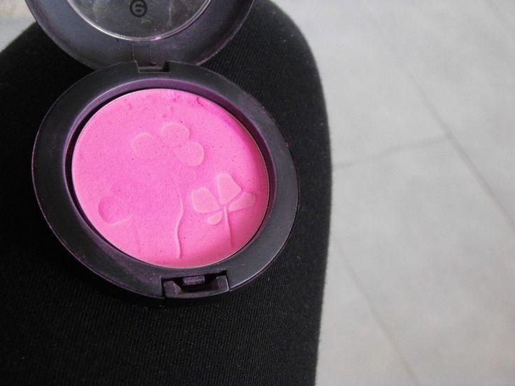 Křiklavě růžová tvářenka od Essence
