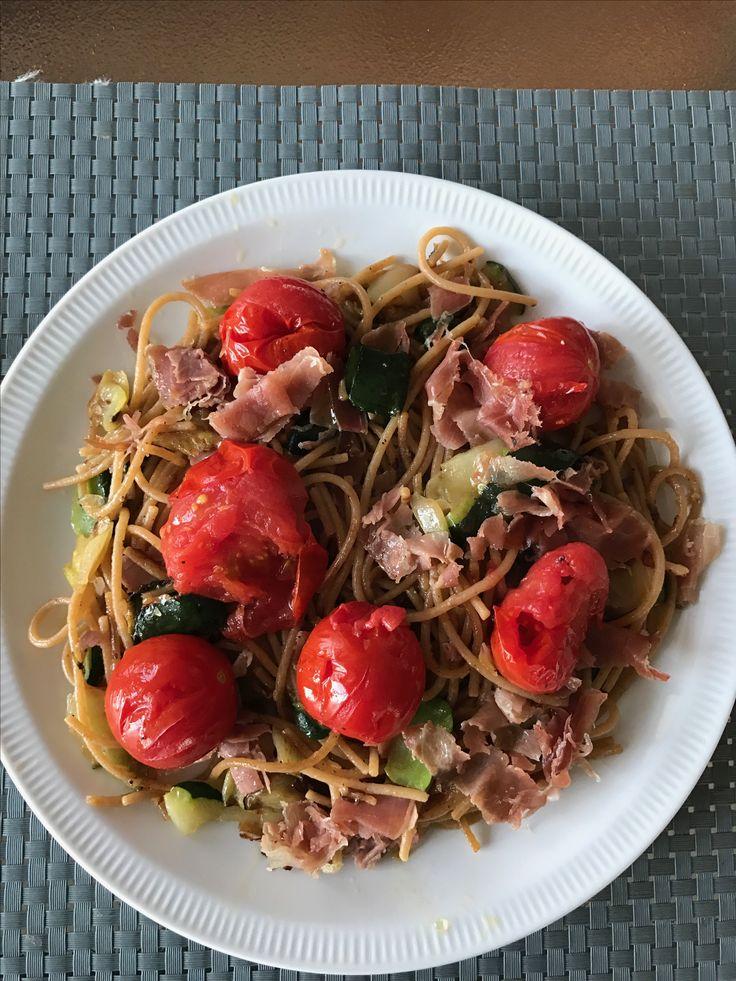 Spaghetti met Serrano ham en courgette linten en Spaanse ham.